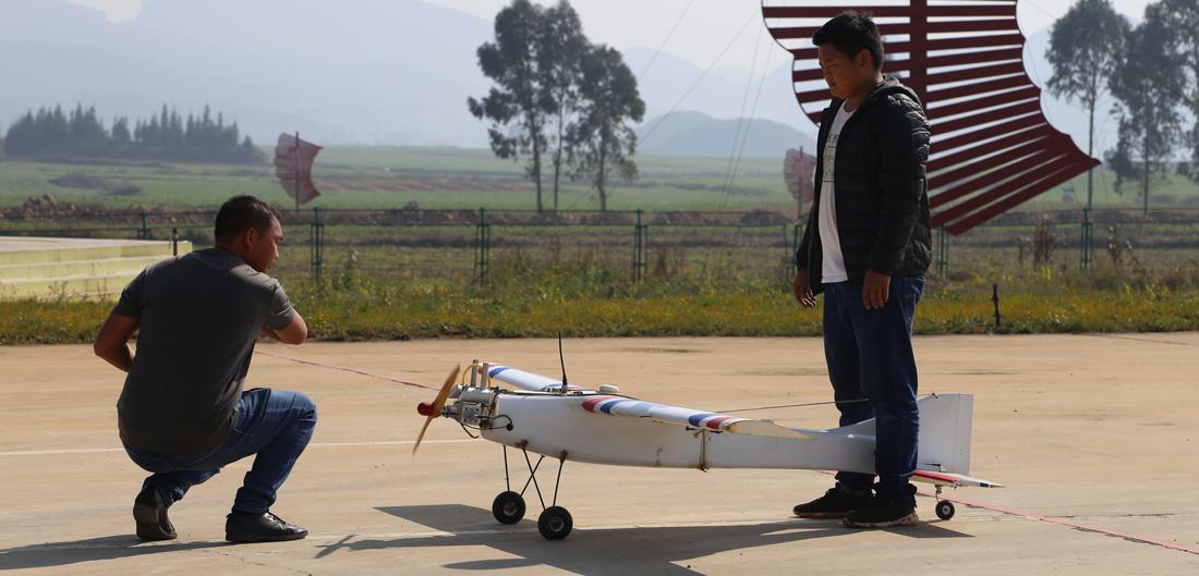 參賽人員正在調試無人機