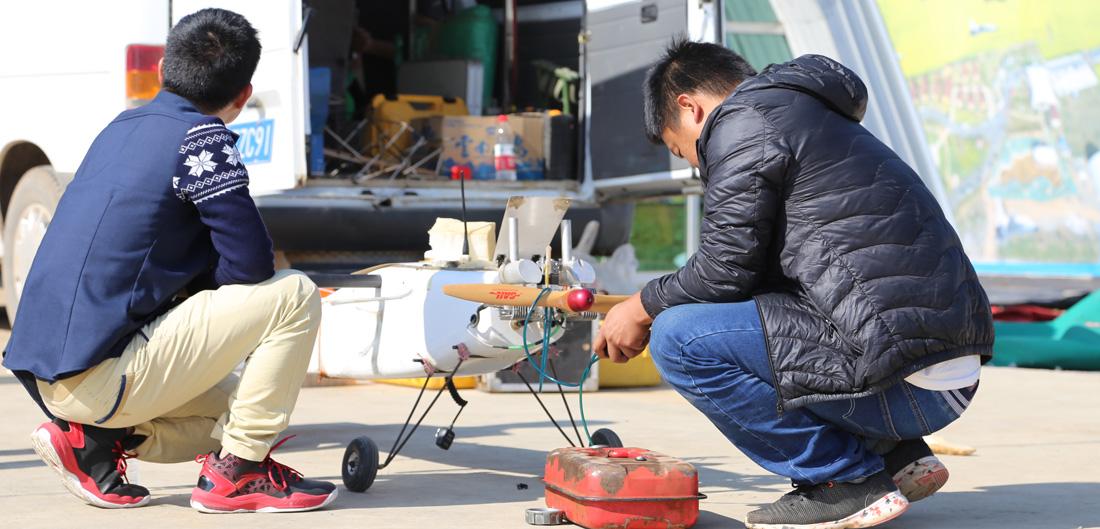 參賽選手對返航無人機作收尾工作