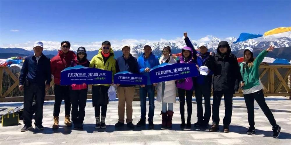 """4月25日,""""飲水思源 求真之旅""""2018中國行活動首站到達西藏,開始了大自然水源的探秘之路"""