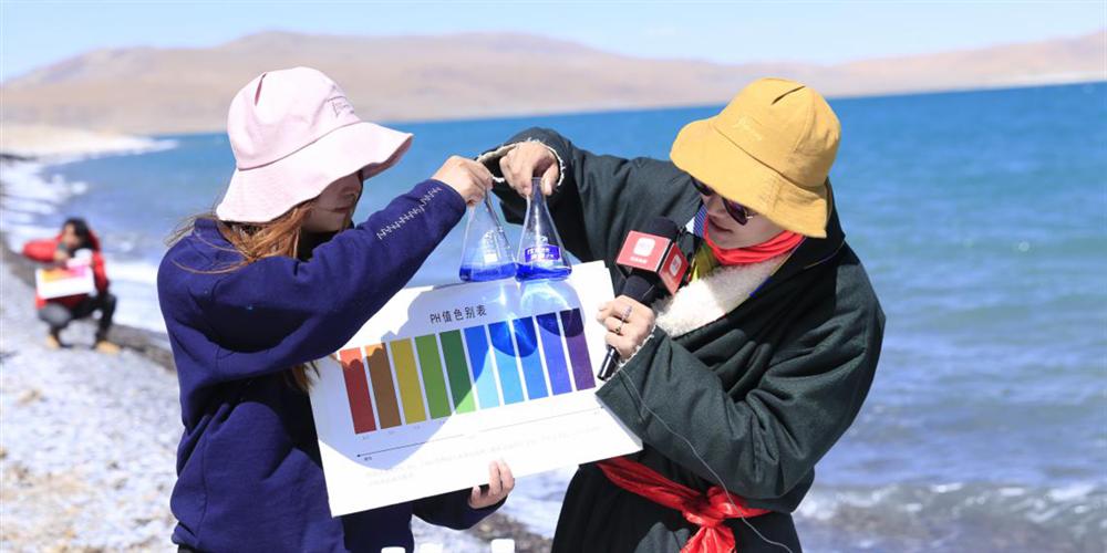 5月7日,石林天外天對達瓦措的湖水進行測試,其PH值為9.37,活性較高