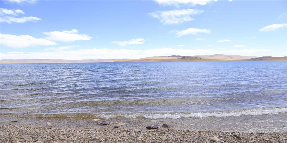 5月9日,石林天外天現場檢測措鄂湖湖水,其PH值為8.93,活性較高