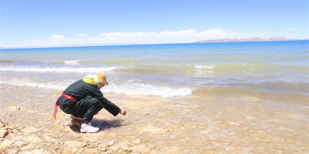 5月11日,石林天外天實測小組正在採集納木措湖水樣本
