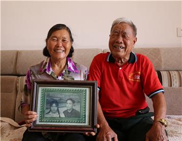 邊寨紀事:50年前在茅草房結婚,50年後他們要開鄉村旅館