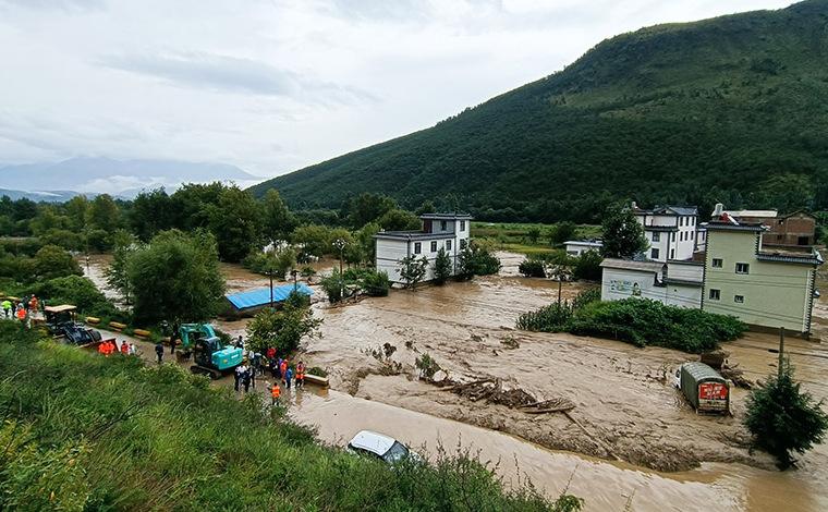 雲南洱源發生泥石流 目前森林消防員轉移群眾150余人