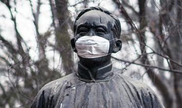 校内先贤雕像戴口罩