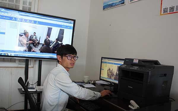 安化鄉大學生村官普世國在演示基層服務型黨組織綜合服務平臺