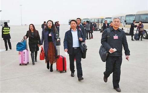 在滇全國人大代表赴京參會