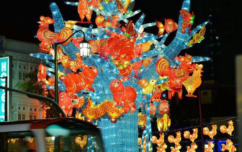 新加坡唐人街牛车水中秋节灯饰亮起
