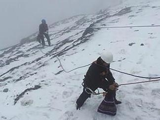 玉龙雪山废弃氧气瓶大量遗留 特殊环境环卫工人清洁难
