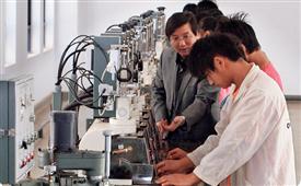 光電專業學生在實習
