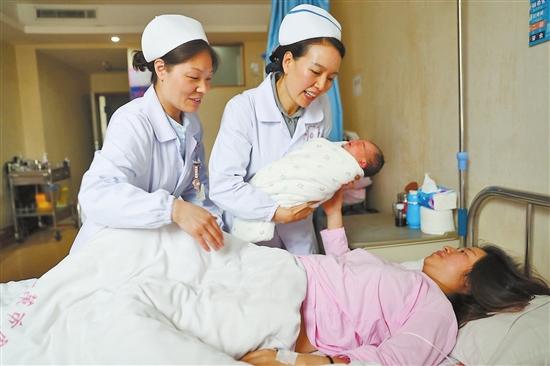 """让产妇满意的""""送子""""护士"""