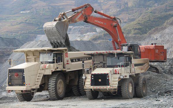 100噸級礦用卡車投入運行
