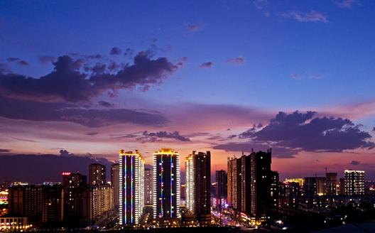 雲南蒙自:流光溢彩夜色美