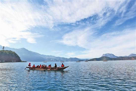 白雲輕舟瀘沽湖