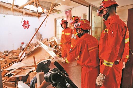 通海地震:消防官兵第一時間展開救援
