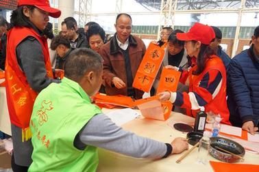 雲南:職工志願服務情暖農民工
