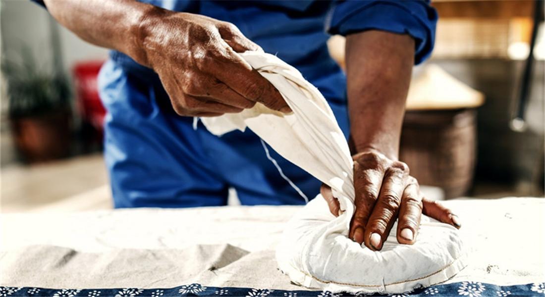 技藝的傳承——高黎貢山茶葉壓餅師