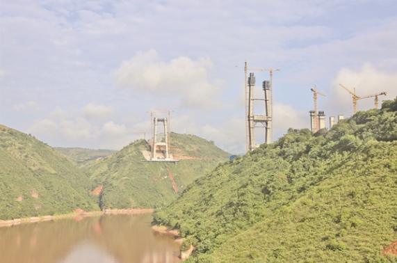 紅河特大橋建水側主塔封頂
