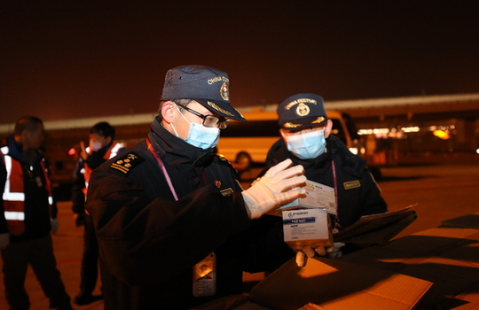 昆明海關快速現場驗放首批進口捐贈援助醫用口罩25萬只