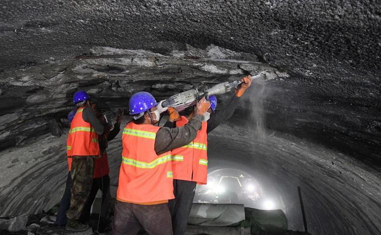 雲南昆楚高速公路勤豐特長隧道加緊施工