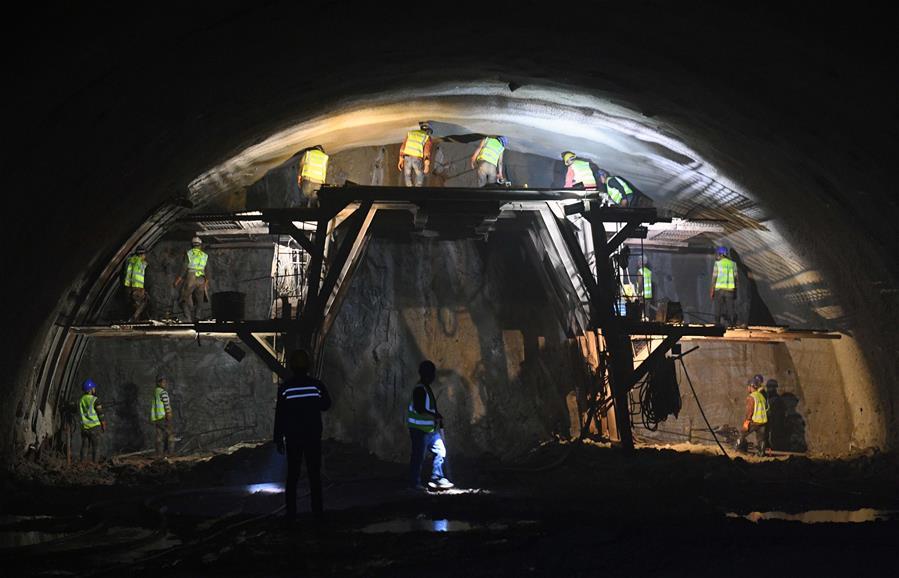 假日奮戰在隧道深處的建設者