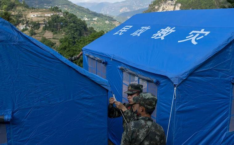 雲南巧家:搭建救災帳篷 保障受災群眾安全過夜