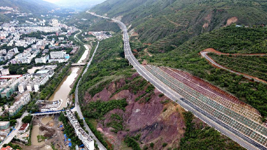 雲南:元蔓高速紅河至元陽段試通車