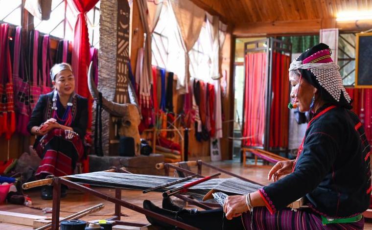 雲南西盟:織錦編出錦繡生活