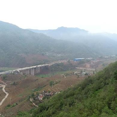 雲南首條穿越哀牢山無量山特長高速公路隧道貫通