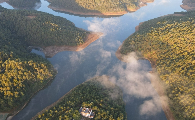 航拍雲南施甸三塊石水庫:冬日雲霧似仙境