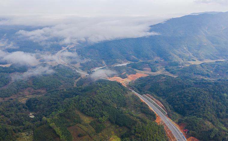 雲南景洪至動海高速公路試通車