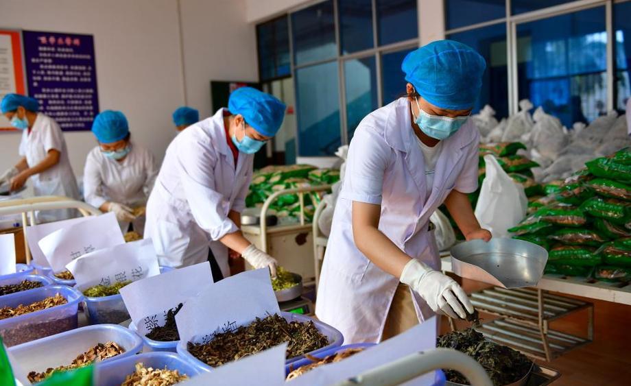 雲南瑞麗:熬制中藥湯劑助抗疫